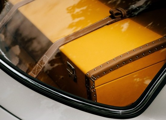 unsplash-samuel-zeller-357447-luggage in car